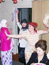 Вот веселые старушки танцуют и поют частушки