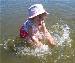 Первое купание в речке)))