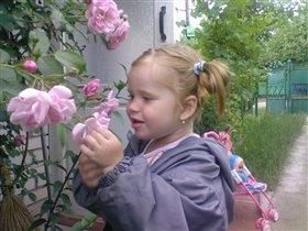 у бабушки в розовом саду