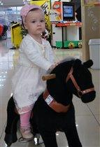 Королева Елизавета верхом на коне!