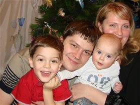 мама, папа, брат и я - мы счастливая семья!