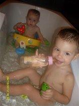 Вместе весело купаться брату старшему с сестрой!