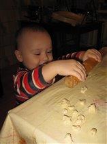 Мамин помощник-помогает лепить домашние пельмешки!