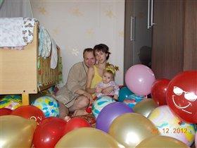 Семейное  трио в 'ковре' из шариков.