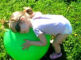 В мячик Сонечка играла-очень Сонечка устала!