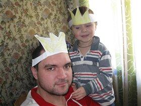 Папа и сына играют в принца и короля
