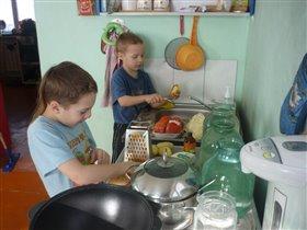 Миша и Данила готовят ужин