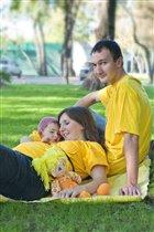 Солнечная семья гуляет в солнечный денек!
