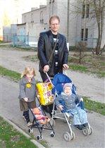 На прогулке с детьми и игрушечной внучкой