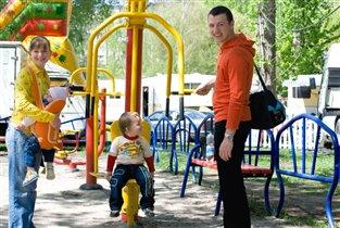 в парке весело гулять со всей семьей!