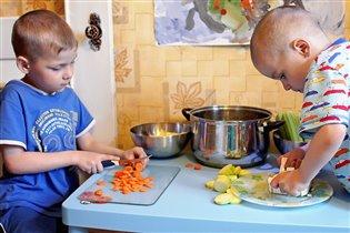 Наши поварята готовят овощное рагу.