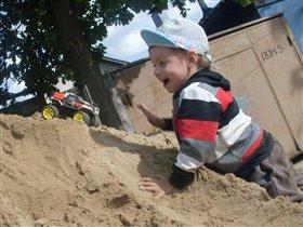 Прыгать, бегать, веселиться и в песке  повозиться!