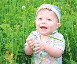 В траве сидел кузнечик и мило улыбался!