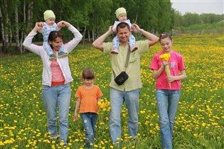 Вместе весело гулять всей семьей!
