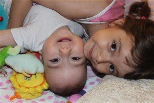 братишка и сестренка-лучшие друзья!!!!!!!!!)