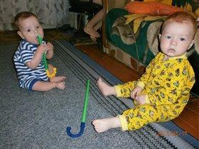 дружим с рождения и игрушки одинаковые)))))