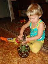 Маме помогаю-цветы поливаю!
