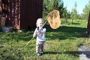 Бегает за бабочками!