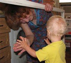 Помогаем бабушке мыть окна