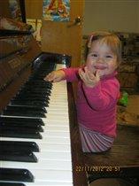 Будущая пианистка!!!