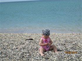 На берегу моря играю с камешками.