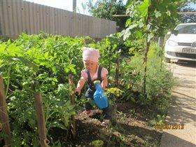Помогаю маме полить помидорчики.