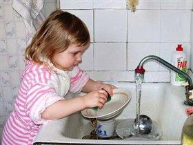 Маленькая помощница и большая умница))