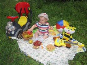 Пикничок со свежими ягодками и фруктами