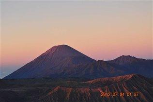 Розовый рассвет на вулканах