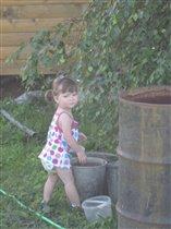 Сонечка поливает огород