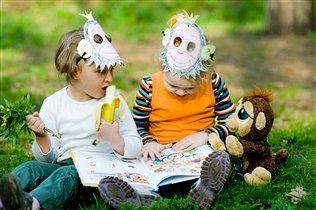 Подружки обезьянки читают на полянке :)