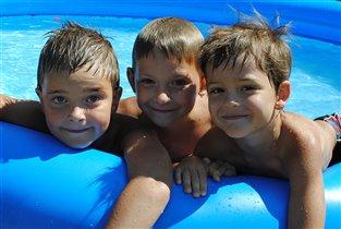 дружное купание в бассейне