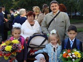 Андрей- первоклассник, Кристина- третьекласница.