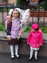 Первоклашка с младшей сестрёнкой:)