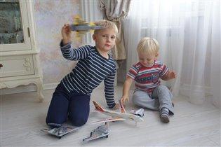 Братишки, играют в самолетики ))