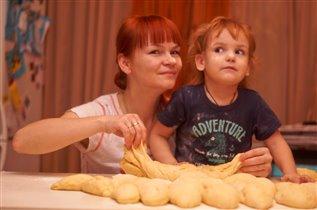 Мы лепили пирожки, веселились от души!)))