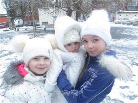 Три снегурочки на прогулке!