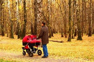 Прогулка с дочками в осеннем лесу