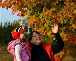Мы с дочей любуемся красками осени