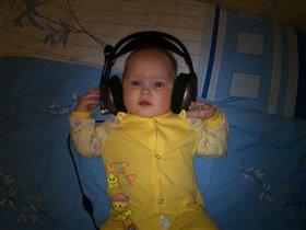 Слушать музыку люблю))) Я танцую и пою)))