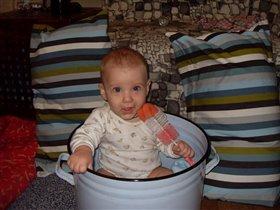 Гриша любит помогать маме с уборкой.