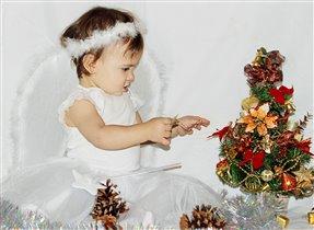 Ангелочек наряжает елочку