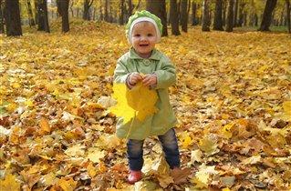Осень-это когда у тебя в руках пожелтевший листик.
