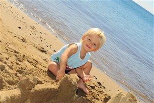 Солнечный мальчик - строит замок из песка......