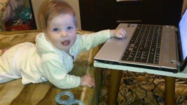 Малышка 'гуглит' )))))