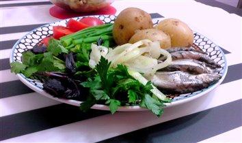 картофель в мундире, килька и зелень