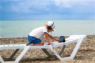 Лето,море...и планшет с мультиками...