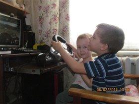 играют вместе