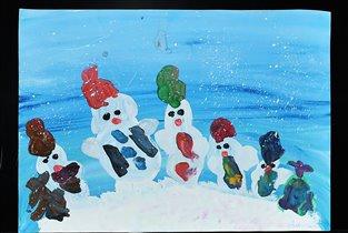 Семья снеговиков на прогулке