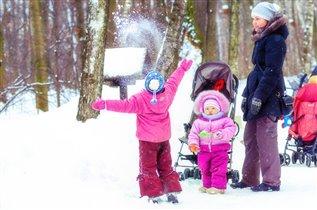 Снежный салют для младшей подружки.